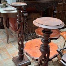 Antigüedades: PAREJA DE MACETEROS REPISAS MADERA DE CASTAÑO TORNEADO. Lote 166761549