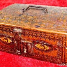 Antigüedades: ARQUITA. CUERO REPUJADO. MADERA. HERRAJES ANTIGUOS. FRANCIA. SIGLO XVII. Lote 166775374