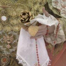Antigüedades: PAÑUELO DE CAMARIN BLANCO BORDADO CON ENCAJE PARA VIRGEN TAMAÑO NATURAL SEMANA SANTA 28 X 26 CM APR. Lote 166789974