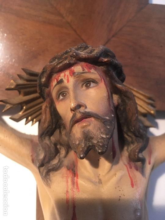 Antigüedades: Antiguo Crucifijo madera nogal, imagen escayola policromada. Cristo ojos abiertos - Circa 1910 - Foto 4 - 34451294