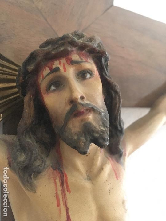 Antigüedades: Antiguo Crucifijo madera nogal, imagen escayola policromada. Cristo ojos abiertos - Circa 1910 - Foto 6 - 34451294