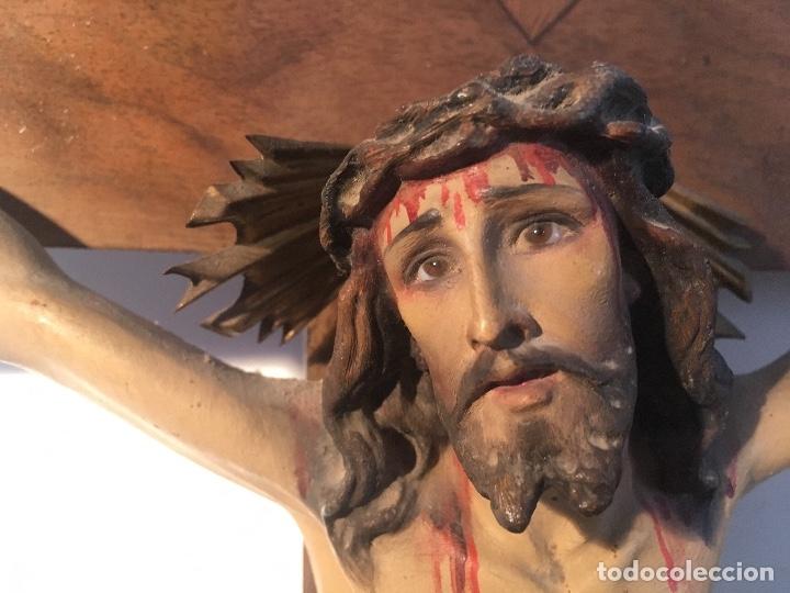 Antigüedades: Antiguo Crucifijo madera nogal, imagen escayola policromada. Cristo ojos abiertos - Circa 1910 - Foto 5 - 34451294