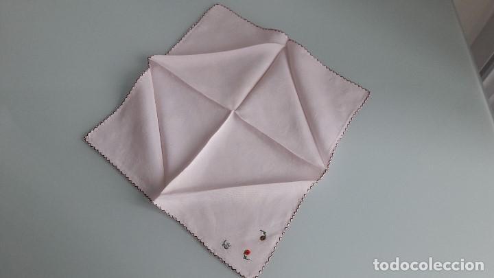 Antigüedades: ANTIGUO PAÑUELO DE BOLSILLO - DE SEDA - Color rosa - Con flores bordadas a mano - Foto 2 - 166837466