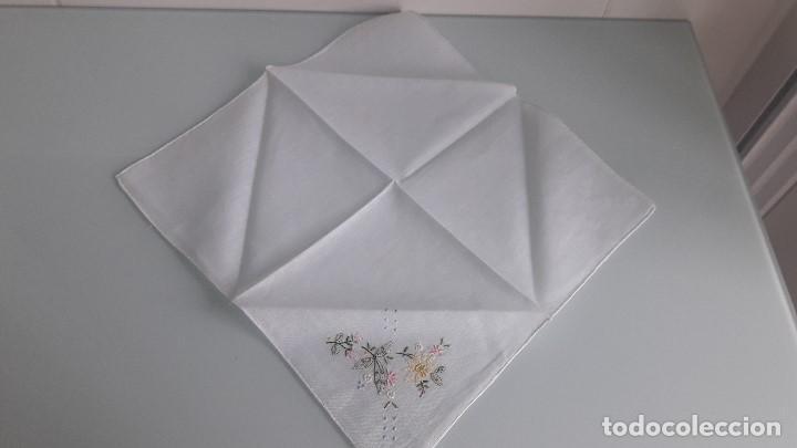 Antigüedades: ANTIGUO PAÑUELO DE BOLSILLO - Color blanco - Con flores bordadas a mano - Foto 2 - 166839354