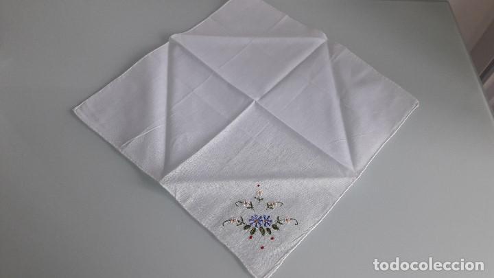 Antigüedades: ANTIGUO PAÑUELO DE BOLSILLO - Color blanco - Con flores bordadas a mano - Foto 2 - 166839622