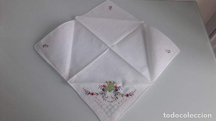 Antigüedades: ANTIGUO PAÑUELO DE BOLSILLO - Color blanco - Con flores bordadas a mano - Foto 2 - 166839730