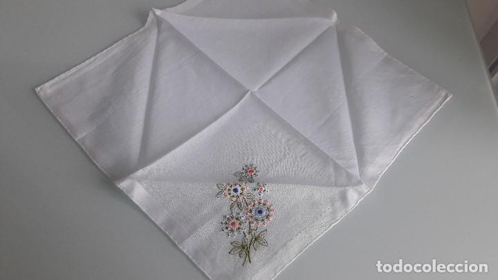 Antigüedades: ANTIGUO PAÑUELO DE BOLSILLO - Color blanco - Con flores bordadas a mano - Foto 2 - 166839990