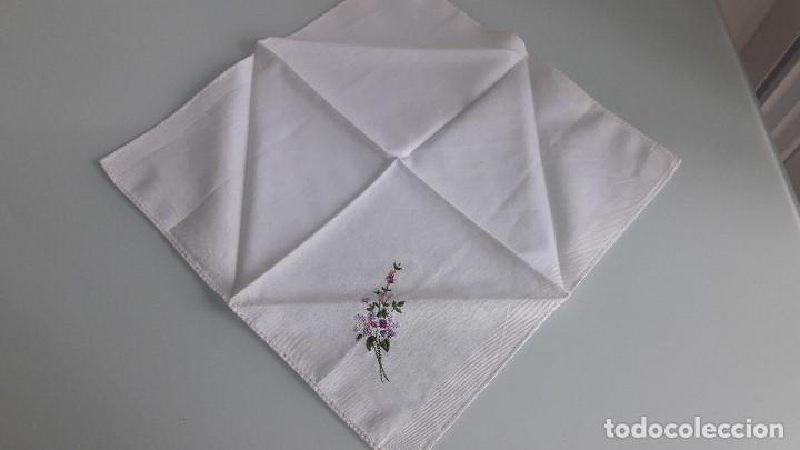 Antigüedades: ANTIGUO PAÑUELO DE BOLSILLO - Color blanco - Con flores bordadas a mano - Foto 2 - 166840346