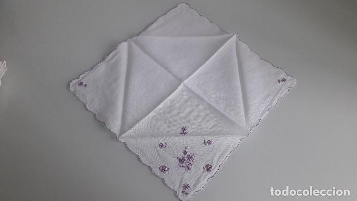 Antigüedades: ANTIGUO PAÑUELO DE BOLSILLO - Color blanco - Con flores bordadas a mano - Foto 2 - 166840742