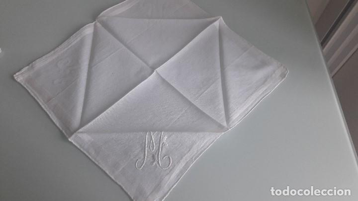 Antigüedades: ANTIGUO PAÑUELO DE BOLSILLO - Color blanco - Con la letra M bordada a mano - Foto 2 - 166840878