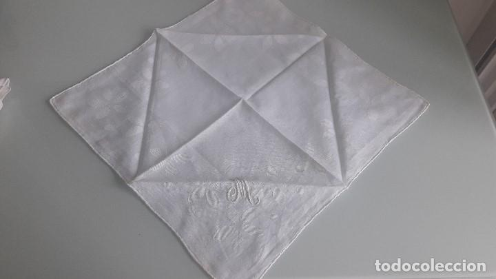 Antigüedades: ANTIGUO PAÑUELO DE BOLSILLO - Color blanco - Con la letra M bordada a mano - Foto 2 - 166841038