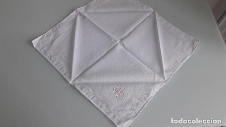 Antigüedades: ANTIGUO PAÑUELO DE BOLSILLO - Color blanco - Con la letra C bordada a mano - Foto 2 - 166841350