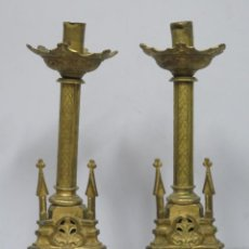 Antigüedades: ANTIGUA PAREJA DE CANDELABROS NEOGOTICOS DE BRONCE DORADO. SIGLO XIX. Lote 166863940