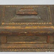 Antigüedades: BONITA ARQUETA DE MADERA DORADA. SIGUIENDO MODELOS SIGLO XVII. Lote 166864252