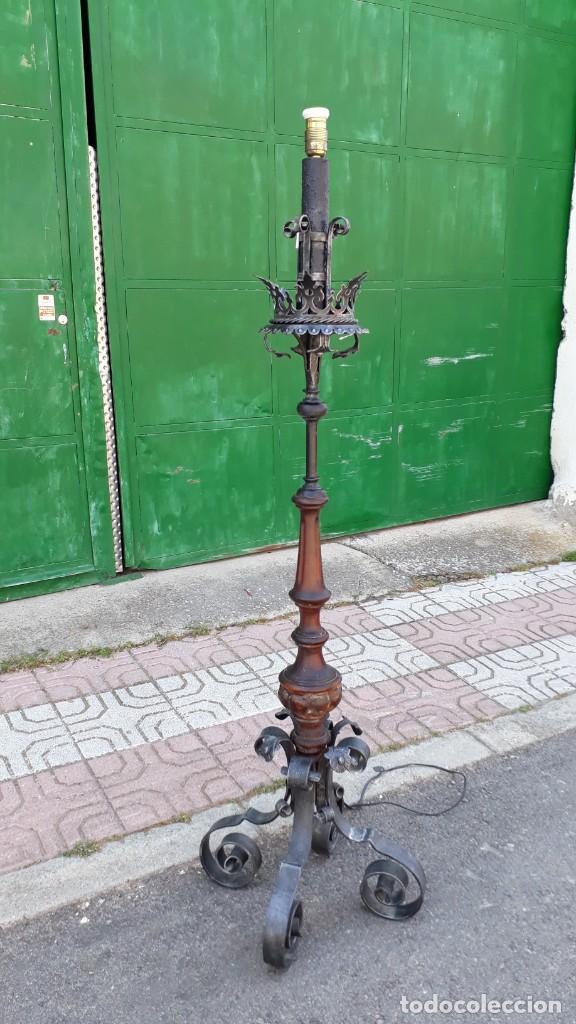 y forjadoHachero Lámpara pié medieval de hierro estilo antiguo de candelabro madera antigua SzGMpUVq