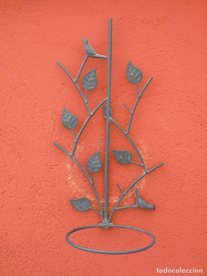 MACETERO DE HIERRO PARA COLGAR. CON PAJARITOS Y HOJAS. DIÁMETRO MACETA 16CM. REPRODUCCIÓN. (Antigüedades - Hogar y Decoración - Maceteros Antiguos)