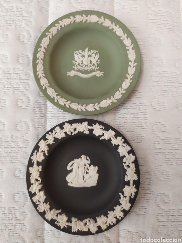 LOTE 2 PLATITOS BISCUIT WEDGWOOD (Antigüedades - Porcelanas y Cerámicas - Otras)