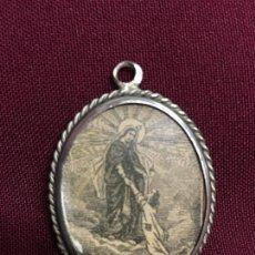 Antiquités: RELICARIO CON ANTIGUO GRABADO DE LA VIRGEN - MEDIDA 4X3,5 CM - RELIGIOSO - CAPILLA - SEMANA SANTA. Lote 166901582