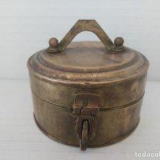 Antigüedades: HOSTIARIO BRONCE LATÓN - CAJA PARA SAGRADA FORMA . Lote 166902572