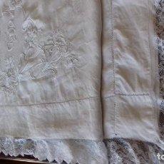 Antigüedades: MUY ANTIGUA SABANA DE HILO CON GRANDES BORDADOS A MANO EN EL CENTRO, CON INICIALES, ENCAJE Y VAINICA. Lote 166932016