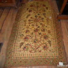 Antigüedades: TAPIZ TELA INDIA BORDADOS HILO Y CRISTAL GRANDE, MEDIDA 166 X 95 CM.. Lote 166937424
