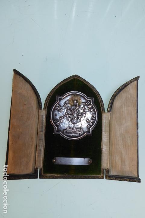 Antigüedades: precioso tríptico con medalla de plata de Nuestra Señora del Pilar con basílica. Joyería Moderna. ZG - Foto 2 - 166942440