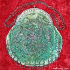 Antigüedades: BOLSO MODERNISTA. HEMATITES BORDADOS SOBRE TERCIOPELO. METAL CINCELADO. ESPAÑA. XIX-XX. Lote 167032704