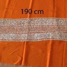 Antigüedades: MANTEL DE ALTAR DE ENCAJE CON FLECOS , 190 X 33 CM - COLOR TÉ. Lote 167044232