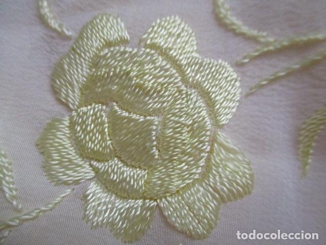 Antigüedades: Manton de Manila en tono marfil con bordados en color vainilla. Seda bordada a mano. - Foto 13 - 107295799