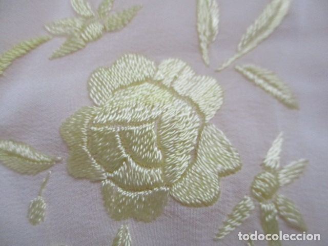 Antigüedades: Manton de Manila en tono marfil con bordados en color vainilla. Seda bordada a mano. - Foto 14 - 107295799