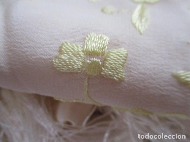 Antigüedades: Manton de Manila en tono marfil con bordados en color vainilla. Seda bordada a mano. - Foto 15 - 107295799