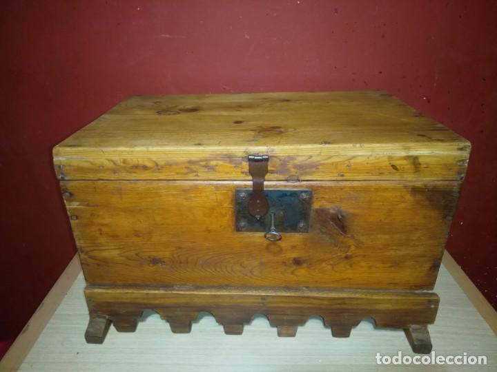 ARCA BAUL DE MADERA CON CERRADURA Y LLAVE SIGLO XIX (Antigüedades - Muebles Antiguos - Baúles Antiguos)