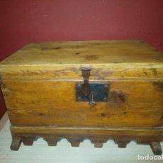 Antigüedades: ARCA BAUL DE MADERA CON CERRADURA Y LLAVE SIGLO XIX. Lote 167090188
