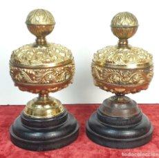 Antigüedades: PAREJA DE FLORONES. METAL DORADO. MOTIVOS FOLIARES. BASE DE MADERA. SIGLO XIX.. Lote 167100176