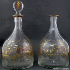 Antigüedades: PAREJA DE LICORERAS EN CRISTAL SOPLADO TALLADO Y DORADO DE LA GRANJA SIGLO XIX. Lote 167104700
