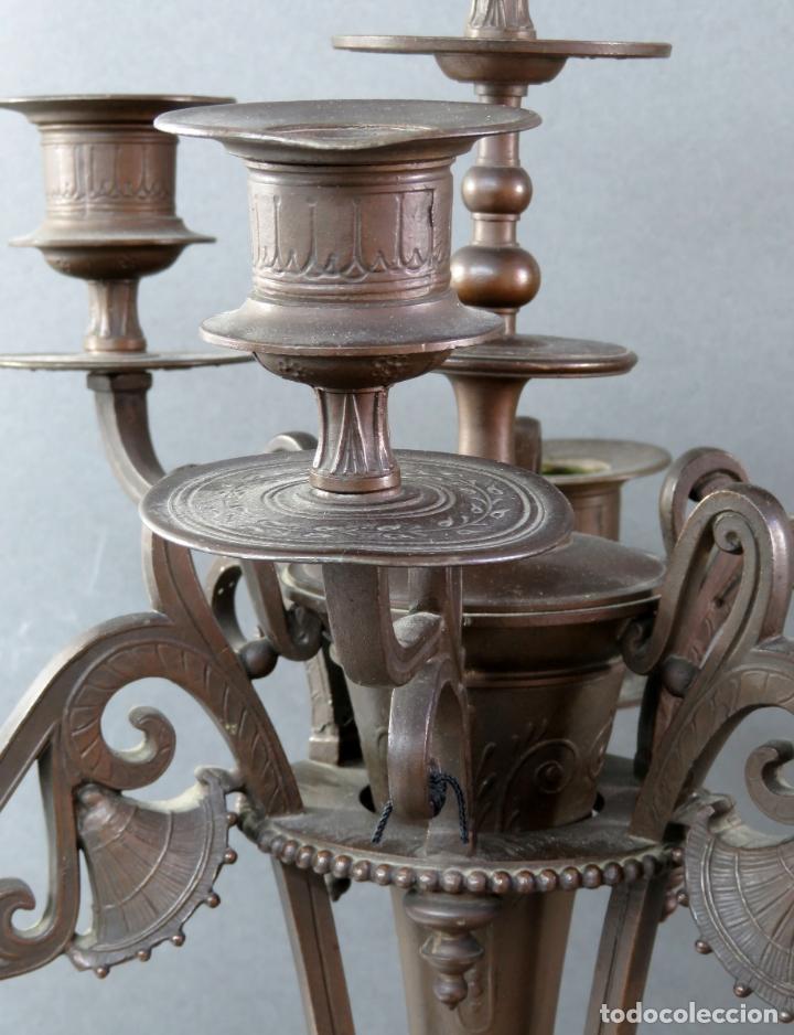 Antigüedades: Pareja de candelabros alfonsinos en calamina pavonada de cinco brazos hacia 1900 - Foto 5 - 167123880