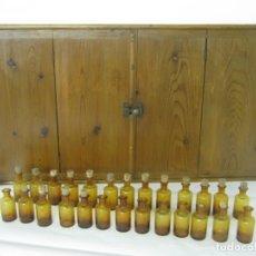 Oggetti Antichi: 1900/30 - ANTIGUO MUEBLE BOTIQUIN FARMACIA MEDICINA HOMEOPATIA CON 26 FRASCOS ORIGINALES DE CRISTAL. Lote 167167656