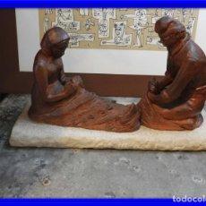Antigüedades: FIGURA DE BARRO TONO OXIDO DE DOS ANCIANOS CATALANES. Lote 167172828