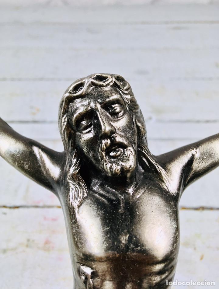 CRISTO DE PARED CRUCIFIJO CRUZ DE CALAMINA AÑOS 70 IMAGEN RELIGIOSA (Antigüedades - Religiosas - Crucifijos Antiguos)