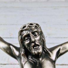 Antigüedades: CRISTO DE PARED CRUCIFIJO CRUZ DE CALAMINA AÑOS 70 IMAGEN RELIGIOSA. Lote 167184548