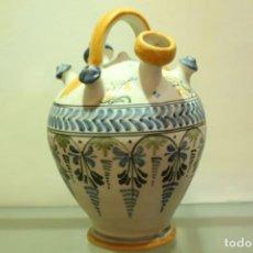 Antigüedades: BOTIJO EN CERAMICA TALAVERA DE LA REINA PINTADA A MANO FIRMADO E NUMERADA XX. Lote 133978138