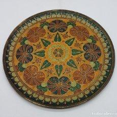 Antigüedades: PRECIOSO PLATO ANTIGUO DE LATÓN FABRICADO EN LA INDIA CON GEOMETRÍAS Y ESMALTES DE COLORES.. Lote 167480400