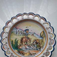 Antigüedades: PLATODE CERÁMICA ESMALTADA CON ESCENA DE DON QUIJOTE DE LA MANCHA, DE TALAVERA DEL CARMEN. Lote 167495822