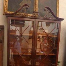 Antigüedades: VITRINA INGLESA SIGLO XIX CAOBA CON INCRUSTACIONES DE LIMONCILLO . Lote 167530440