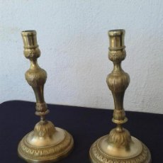 Antigüedades: PAREJA DE CANDELABROS PORTAVELAS EN BRONCE CON DECORACION. Lote 167542044