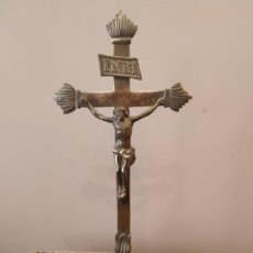 Antigüedades: CRUZ CRUCIFIJO DE ALTAR IGLESIA BRONCE FIRMA EN BASE. Lote 167565628