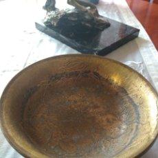 Antigüedades: CENTRO DE MESA DE BRONCE MACIZO, CON GRABADOS ( MÁS EN MÍ PERFIL ). Lote 167571429