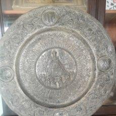 Antigüedades: IMPORTANTE PLATO REPUJADO VIRGEN DE MONTSERRAT, GRAN TAMAÑO 50CM. Lote 167595662