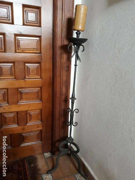 PORTAVELAS DE PIE ,EN HIERRO. (Antigüedades - Hogar y Decoración - Portavelas Antiguas)