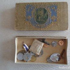 Antigüedades: PRECIOSA CAJA DE CARTON CON DIECIOCHO MEDALLAS ,CRUCIFIJOS Y MAS. Lote 167619136